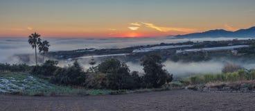 Туман входя в побережье стоковое фото