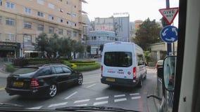 Туристический автобус управляет в улицах Гибралтара Беседы туристического гида об осмотр достопримечательностей объектах сток-видео