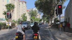 Туристический автобус управляет в улицах Гибралтара Беседы туристического гида об осмотр достопримечательностей объектах Взгляд ч сток-видео