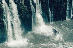 Туристская шлюпка под падениями, Игуазу Фаллс, Бразилия стоковое фото