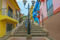 Туристы идя в город Гуаякиля, эквадор стоковые фото