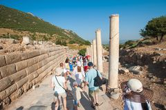 Туристы на путешествиях руин, отсутствие проводника стоковое фото