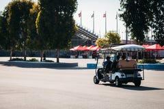 Туристы путешествуют на электрическом автомобиле стоковые фотографии rf