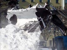 Трактор освобождает путь после сильного снегопада стоковое изображение