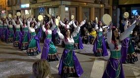 Традиционная масленица в испанском городке Palamos в Каталонии Много людей в костюме и интересных танцах макияжа на улице акции видеоматериалы