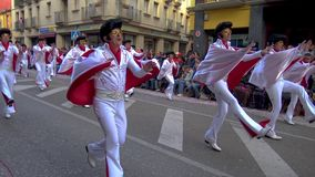 Традиционная масленица в испанском городке Palamos в Каталонии Много людей в костюме и интересных танцах макияжа на улице сток-видео