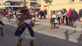 Традиционная масленица в испанском городке Palamos в Каталонии Много людей в костюме и интересных танцах макияжа на улице видеоматериал