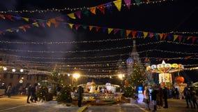 Традиционная ярмарка на красной площади, рождественских елках, украшениях, самоваре сток-видео