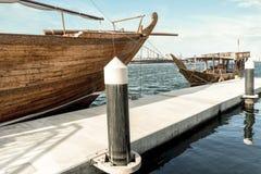 Традиционные арабские корабли для морских туристских прогулок в порте стоковые изображения rf