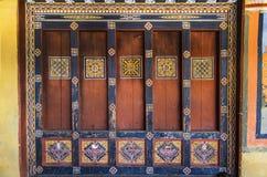 Традиционные красочные панели и окно Trongsa Dzong, высекая и крася, искусство Бутана стоковое изображение
