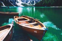 Традиционные деревянные шлюпки на Braies Озере Lago Di Braies Доломиты, Италия, Европа стоковая фотография