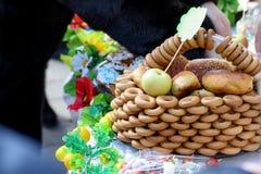Традиционные домодельные испеченные торты или варенья с вареньем в корзине на таблице стоковое изображение rf