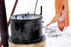 Традиционный на открытом воздухе чехословакский убой свиньи в зиме Большой испаряясь бак emanel стоковая фотография rf