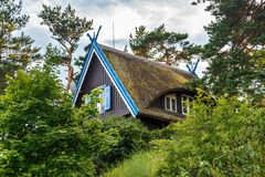 Традиционный дом ` s рыболова в Nida, Литве стоковое изображение rf