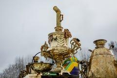 Традиционный русский самовар, контейнер металла используемый для того чтобы нагреть и закипеть воду для церемонии чая стоковое фото rf