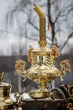 Традиционный русский самовар, контейнер металла используемый для того чтобы нагреть и закипеть воду для церемонии чая стоковое изображение rf