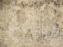 Треснутая старая стена со слезать белые краску и грязь стоковое изображение rf
