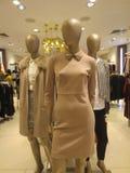 Три манекена в платье и в пальто бежевых тонов. stock photography