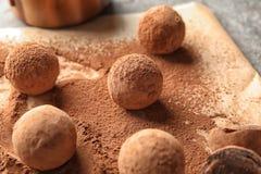 Трюфеля сладкого шоколада напудренные с какао стоковая фотография rf