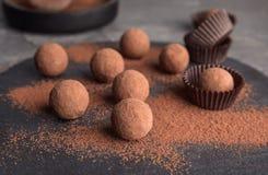 Трюфеля шоколада напудренные с какао стоковое изображение rf