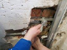 Труба и ворота пропилена в кирпичной стене - заварке пропилена стоковая фотография