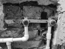 Труба и ворота пропилена в кирпичной стене - заварке пропилена стоковое изображение rf