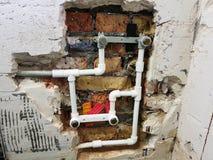 Труба и ворота пропилена в кирпичной стене - заварке пропилена стоковая фотография rf