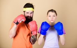 Трудно потерпеть неудачу Тренировка с тренером нокдаун и энергия тренировка пар в перчатках бокса пробивающ, успех спорта стоковые изображения rf