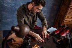 Трудолюбивый человек используя инструмент ремесла стоковое фото