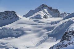 Тропа на снеге в верхней части Европы Швейцария стоковое фото rf
