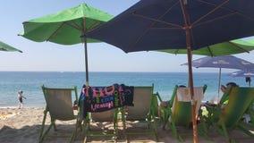 Тропический пляж с стульями и зонтиками стоковые изображения rf