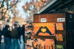 Товар Барселоны в киоске сувенира на торговой улице Rambla Ла в Барселоне Испании стоковые фотографии rf