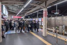 ТОКИО, ЯПОНИЯ - 5-ОЕ ФЕВРАЛЯ 2019: Остановка метро Токио с много людей Их ждите поезд стоковые изображения