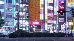 Токио Shinjuku к ноча - занятое место для ночной жизни - ТОКИО, ЯПОНИЯ - 17-ое июня 2018 акции видеоматериалы
