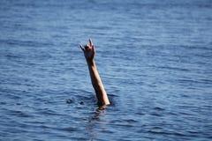 Тонуть человек вставляя руку из воды стоковые фотографии rf