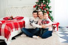 Торжество, семья, праздники и концепция дня рождения - счастливая семья Нового Года стоковое изображение