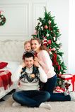 Торжество, семья, праздники и концепция дня рождения - счастливая семья Нового Года стоковые фото