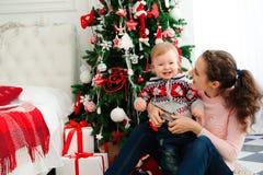 Торжество, семья, праздники и концепция дня рождения - счастливая семья Нового Года стоковые изображения rf