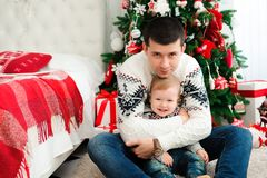 Торжество, семья, праздники и концепция дня рождения - счастливая семья Нового Года стоковое изображение rf
