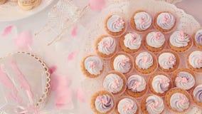 Торт Свадьба шоколадного батончика, шведский стол конфеты сток-видео