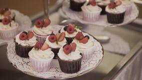Торт Свадьба шоколадного батончика, шведский стол конфеты видеоматериал