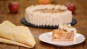 Торт сливк Яблока от короткого печенья с заварным кремом в домашней кухне Часть яблочного пирога на плите печь домодельный видеоматериал