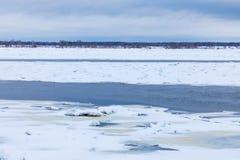 Торошения и дрейфующие льды на реке зимы стоковые изображения rf