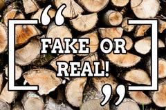 Фальшивка сочинительства текста почерка или реальное Смысл концепции проверяя если продукты первоначальны или не проверяющ качест стоковые изображения rf