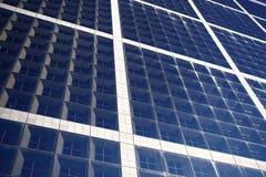Фасад здания с окнами синего стекла Современные архитектура и структура Конструкция и дизайн Свойство Commerical стоковые изображения