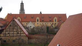 Фасад дома Noerdlingen и башня церков стоковое фото