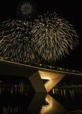 Фейерверки играя на освещенном мосте стоковые изображения rf