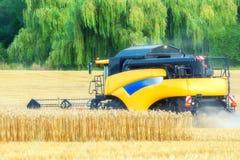 Фермер жмет урожаи с жаткой комбайна стоковая фотография rf