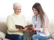 Финансовые вклады представляя банка консультанта к старшей женщине стоковая фотография rf