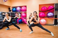 Фитнес, спорт, тренировка, спортзал и концепция образа жизни - группа в составе усмехаясь делать людей аэробный стоковые изображения rf